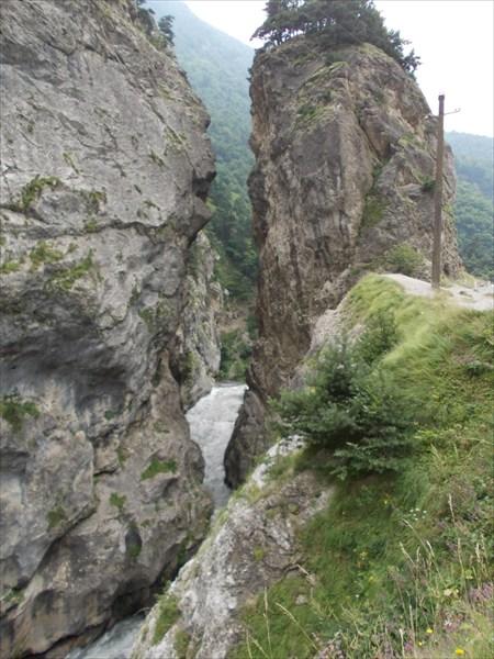 Сквозь скалы