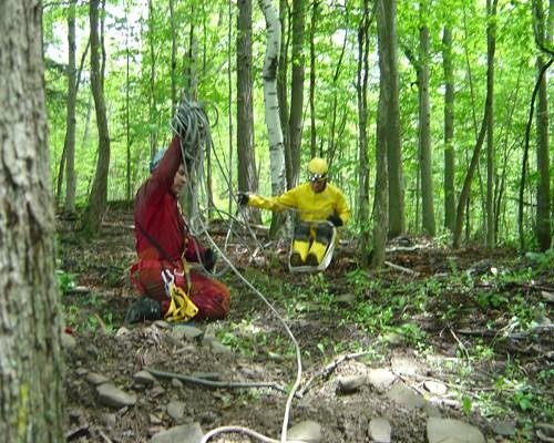 Джо и Мишка играют в веревочку