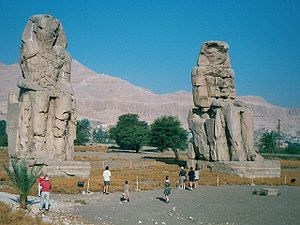 300px-Egypt.ColossiMemnon.03