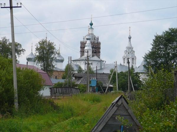 Церкви монастыря на фоне колодца