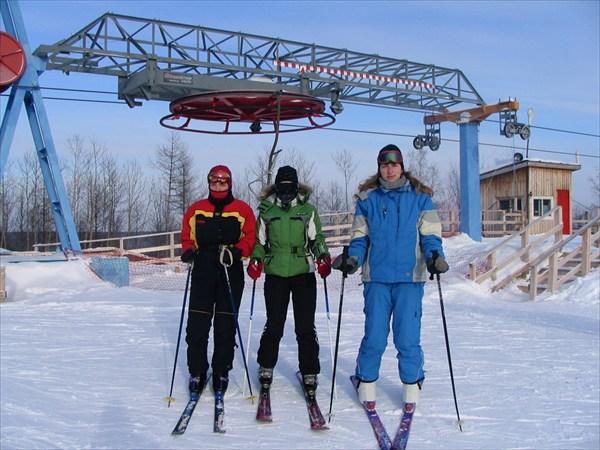Лыжницы в начале лыжной трассы..