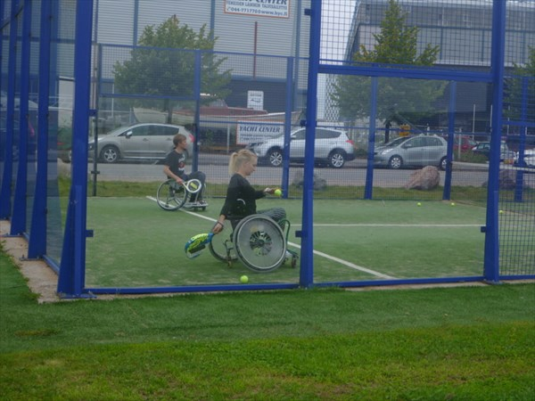 Инвалиды играют в тенис