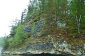 Скалы по берегам.