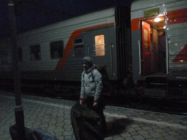 Из поезда вышли только двое с велосипедами.2013-03-16-06:24:31