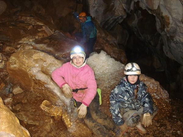 наши юные спелеологи Оля  и Полина