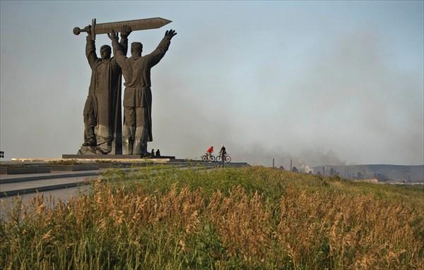 "на фото: Монумент""Тыл-фронту"""