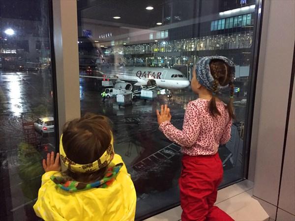 В аэропорту смотрим самолетики