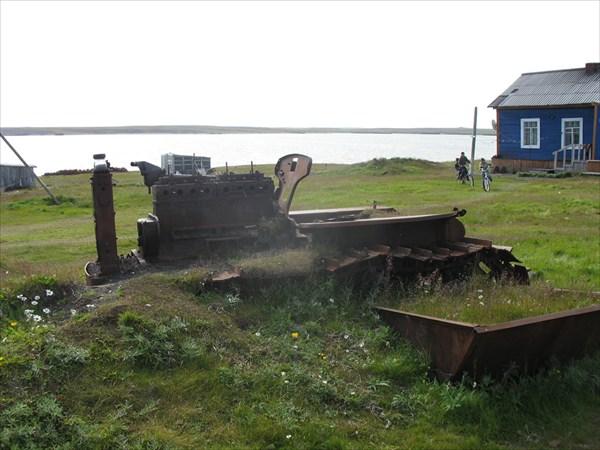IMG_8980 Трактор среди поселка.