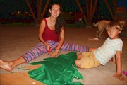 Катя затягивает каркас елки зеленой тканью