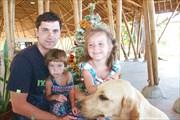 Папа и дочки, и Грейси (куда ж без нее)