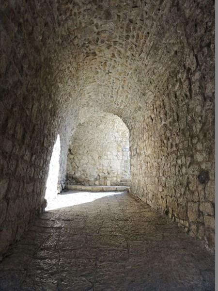 Под крепостной стеной