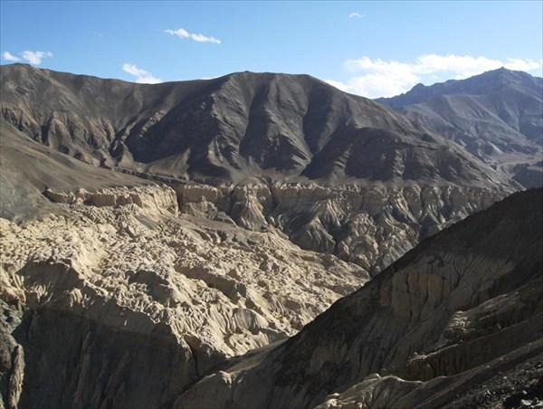 Песчаные горы из-за эрозии приобрели вот такую форму