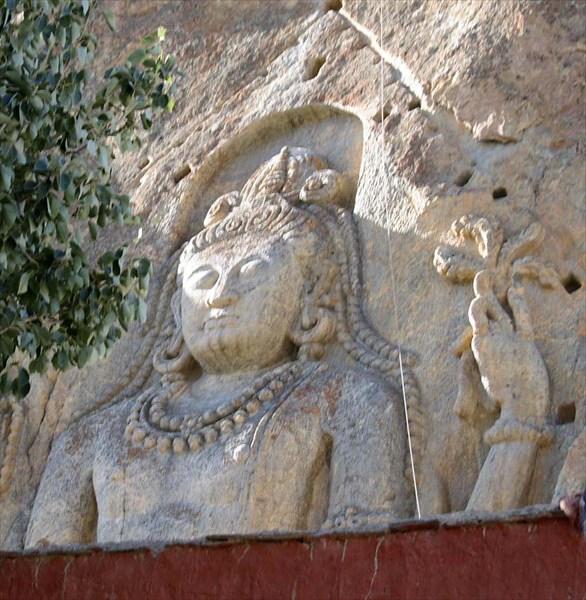 Статуя Будды, вырубленная в скале