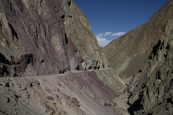 Нижняя дорога из Ламаюри. Мрачноватое ущелье из разноцветных гор