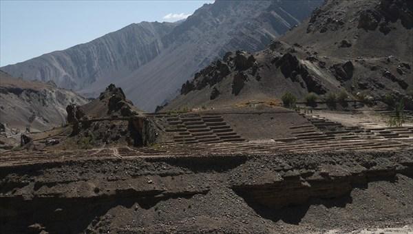 Терриконы. Трудолюбивые тибетцы пытаются что-то выращивать