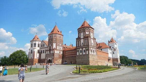 на фото: Мирский замок