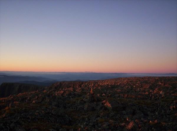 Восход на Сарлыке. На горизонте горы. Белуха?