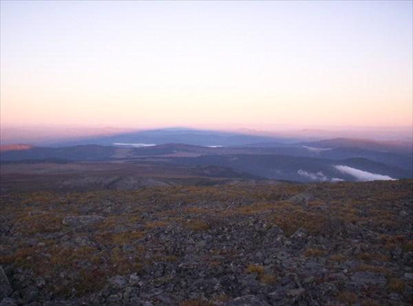 Восход на Сарлыке. Огромная тень от Сарлыка