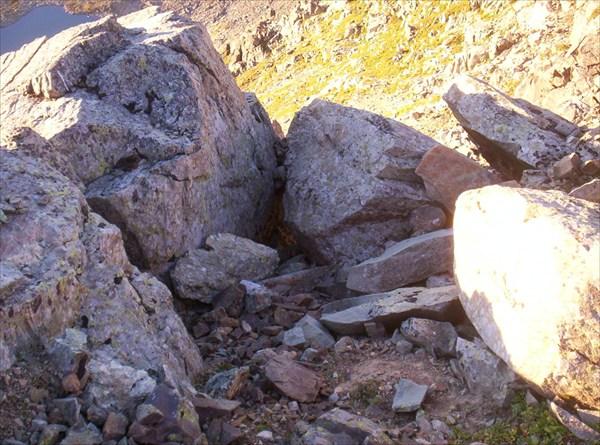 Нам вон туда, под эти два камня