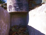 По этой бетонированной траншее...