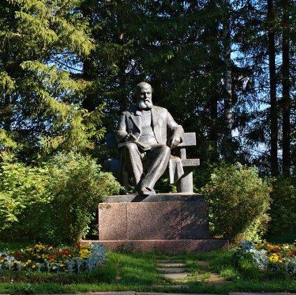Памятник Островского