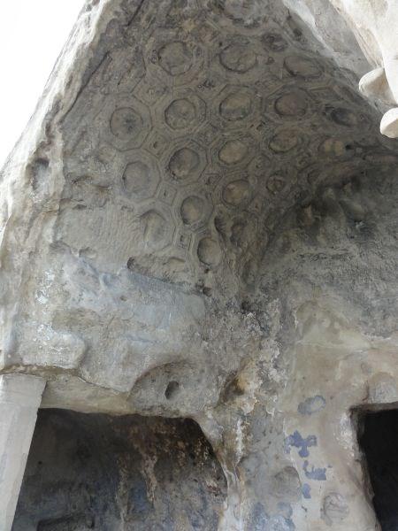 Потолок отделан каменной резьбой