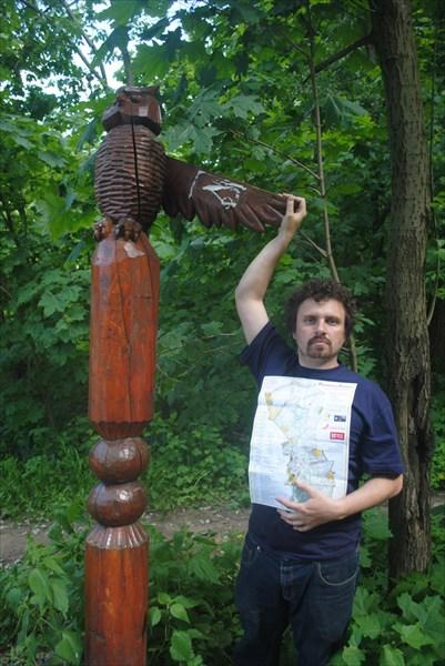 Фото автора вопросов вместе с символом мудрости