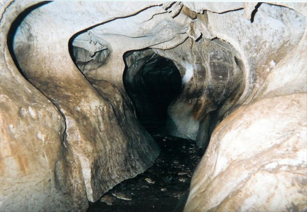 Вот вся пещера такая по рельефу