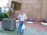Около памятника челноку