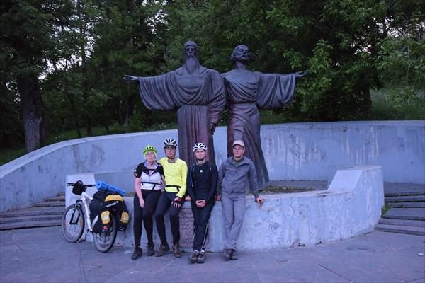 У памятника Феодосию и Афанасию, основателям Череповца.