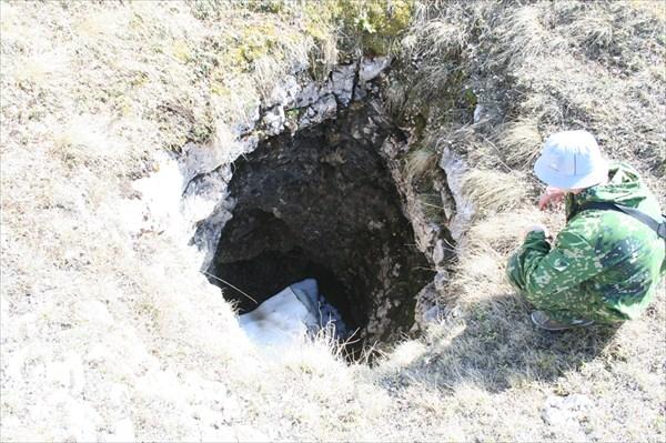 Неизвестная пещера....вбит скальный крюк