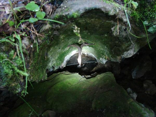 следы от бревен и в цементе торчат гвозди али скобы...