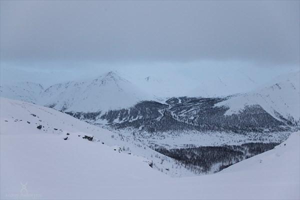 Вид в долину с лагерем. Фото Андрея Подкорытова.