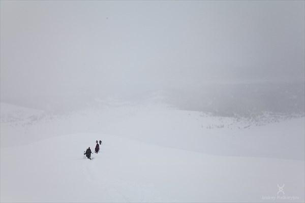 Спуск с гребня Манараги. Фото Андрея Подкорытова.