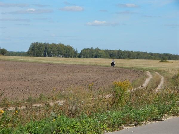 на фото: Затерянные в полях
