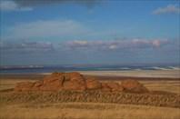 желтая степь, белая соль и голубое небо, отражающееся в воде