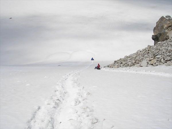 на фото: Спуск с перевала В. Ломакина