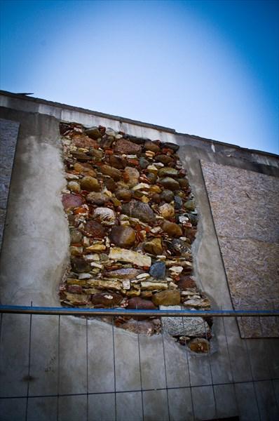 Это стена очередного продающегося дома