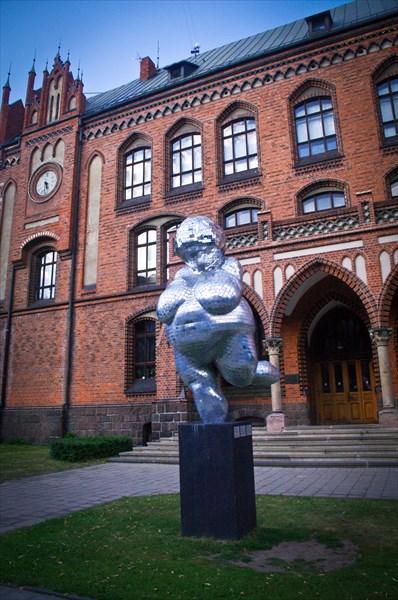 Рига. Венера Виллендорфская у академии художеств.