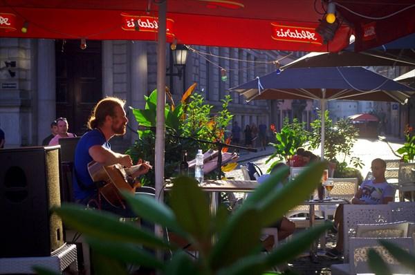 Просто парень с гитарой у другого ресторанчика