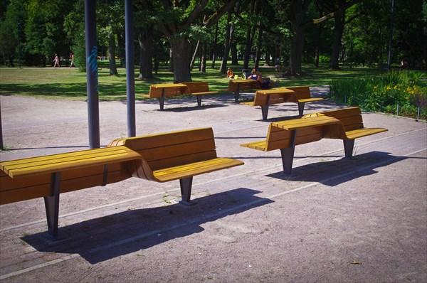 Пярну, очень удобные для лежания скамейки
