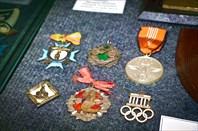 Медаль и памятные значки олимпиады 1936 года в Берлине.
