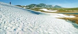 Движение по снежникам в долине р. Макар-Рузь