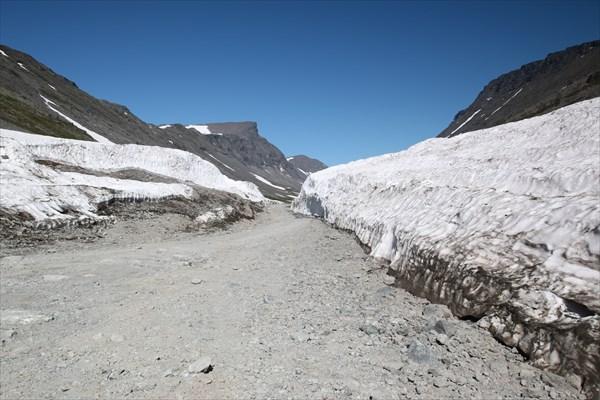 Вот такой тунель прорублен в этом году в снегу в июле!