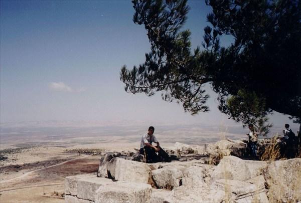 Вид с холма на сирийские каменистые степи
