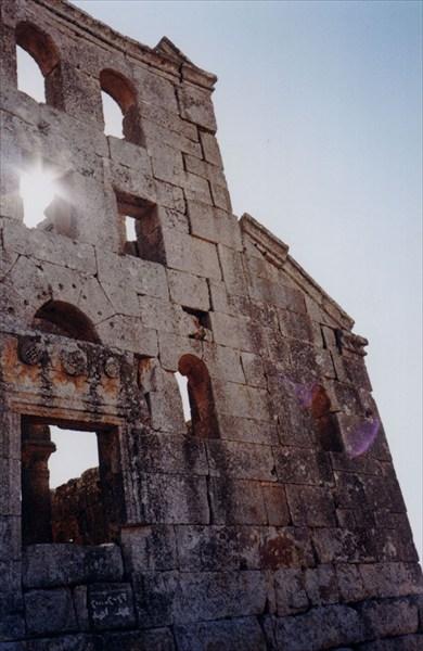 Лучи солнца играют на сирийских развалиах