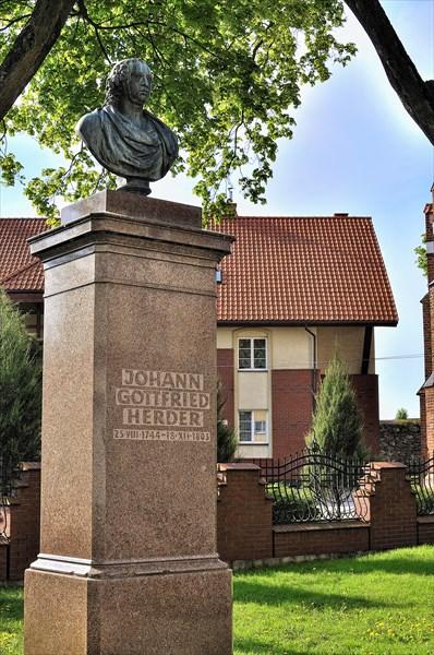 Моранг. Памятник немецкому философу Иоганну Готфриду Гердеру.