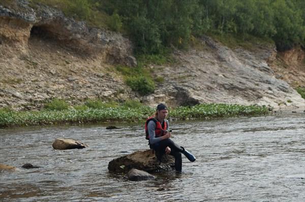 На камне посреди реки.. кто бы это мог быть ? ))