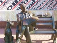 Читающий газету-Памятник читающему газету