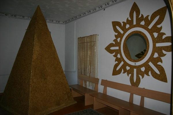пирамида и зеркало из янтаря
